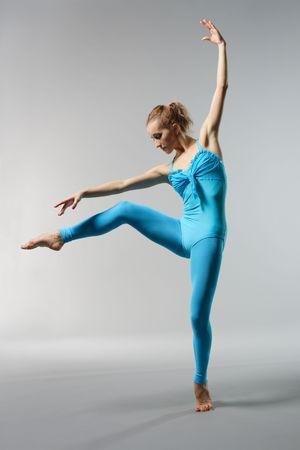 turnanzug: junge sch�ne Ballerina posieren auf grauem Hintergrund Lizenzfreie Bilder