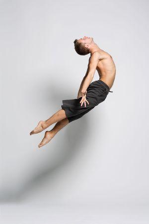 danseuse: danseur de ballet moderne posant sur fond blanc