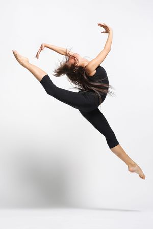 danza contemporanea: joven bailarina de ballet moderno posando sobre fondo blanco