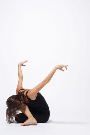 acrobacia: joven bailarina de ballet moderno posando sobre fondo blanco