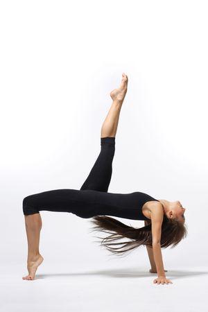 akrobatik: moderne Ballett�nzerin stellt �ber wei�em Hintergrund