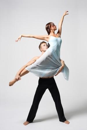 akrobatik: zwei moderne Ballett�nzer posieren auf wei�