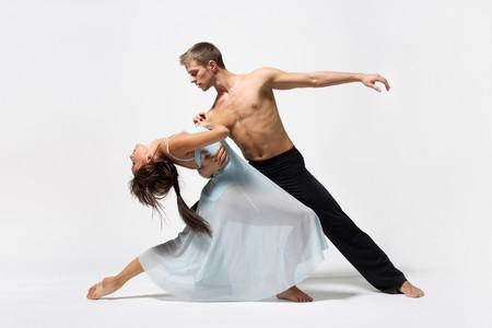 ballet ni�as: dos bailarines de ballet moderno posando en blanco
