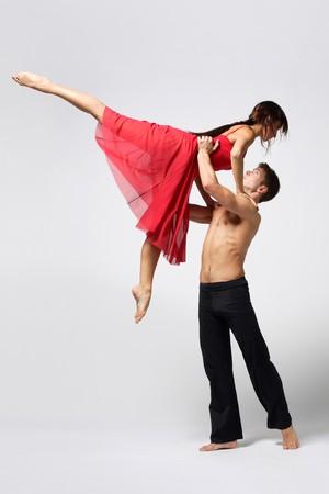 ballet: dos bailarines de ballet moderno posando en blanco