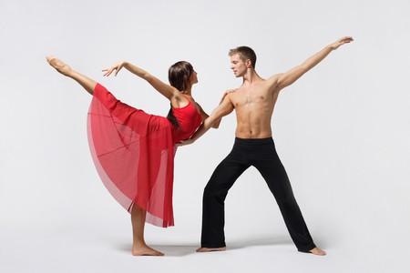 ballet cl�sico: dos bailarines de ballet moderno posando en blanco