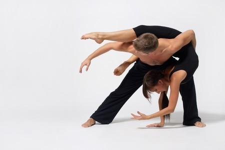 danza contemporanea: dos bailarines de ballet moderno posando en blanco