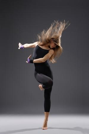danza moderna: estilo moderno, joven bailarina posando Foto de archivo