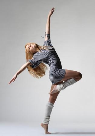danza moderna: bailar�n moderno posando en el fondo blanco Foto de archivo