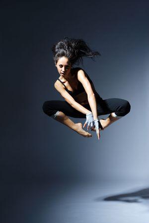 gymnastik: modern T�nzer stellen hinter Studio Hintergrund