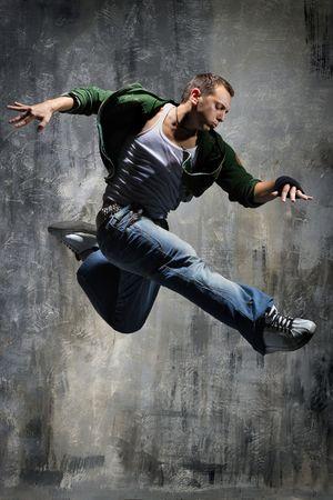 the acrobatics: estilo moderno bailarina posando detr�s de estudio de antecedentes Foto de archivo
