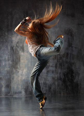 danse contemporaine: danseur moderne posant derri�re studio background