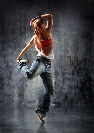baile moderno: estilo moderno bailarina posando detr�s de estudio de antecedentes Foto de archivo