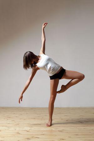 danse contemporaine: style moderne danseur pose sur fond de studio