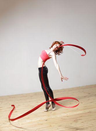 rhythmic gymnastics: estilo moderno bailarina posando en el estudio de antecedentes