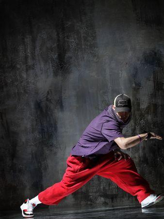 danseuse contemporaine pose devant le mur sale vieux