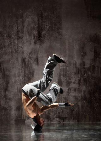 rapper: moderna bailarina plantea frente a la pared del viejo y sucio