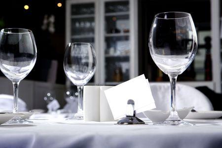 bella: Calici di vetro sul tavolo