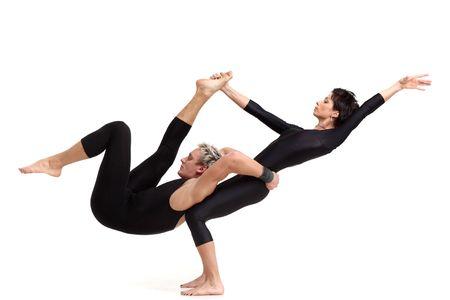 acrobacia: dos j�venes acr�batas modernos que posar en blanco
