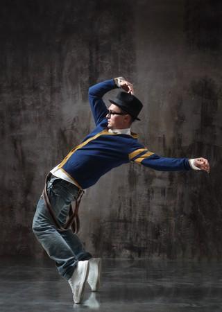 bailar�n: bailar�n de estilo moderno, posando sobre fondo de estudio  Foto de archivo