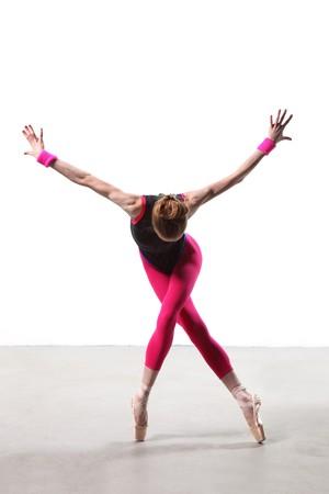 acrobacia: bailar�n de estilo moderno, posando sobre fondo blanco