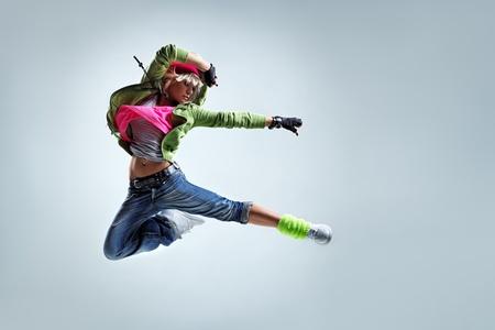 danza moderna: bailar�n de estilo moderno posando sobre fondo de estudio Foto de archivo