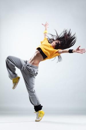 bailarín de estilo moderno posando sobre fondo de estudio