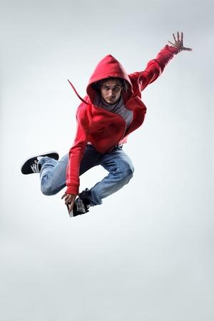 boy jumping: bailar�n de estilo moderno posando sobre fondo de estudio Foto de archivo