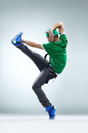 bailarin hombre: bailarín de estilo moderno posando sobre fondo de estudio Foto de archivo