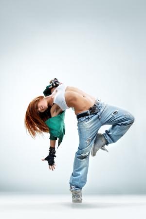 dancer: danseuse de style moderne posant sur fond de studio Banque d'images