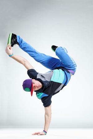 danseuse: style moderne danseur pose sur fond de studio