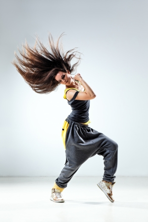 chicas bailando: joven y hermosa bailarina posando en el estudio de antecedentes