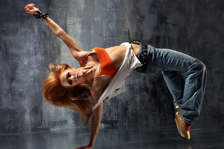 akrobatik: modernen Stil T�nzerin posiert auf Studio-Hintergrund Lizenzfreie Bilder