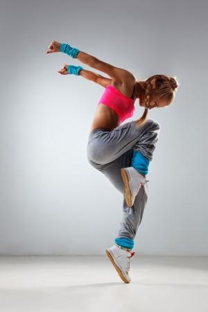 baile moderno: joven y hermosa bailarina posando en estudio