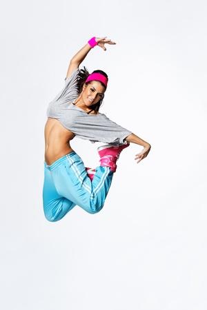 joven y hermosa bailarina posando en el estudio de antecedentes