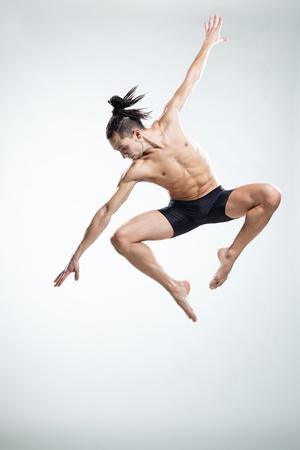 ballet hombres: bailarín de estilo moderno, posando en el estudio de antecedentes