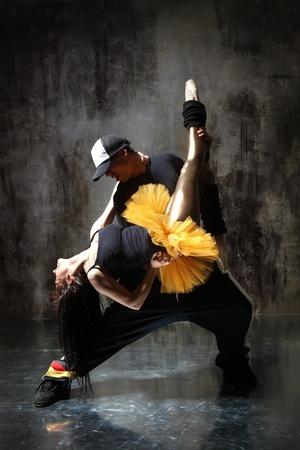 danza moderna: bailarina de danza moderna posa delante de la pared vieja y sucia
