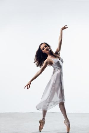 modernen Stil Tänzerin posiert auf Studio-Hintergrund