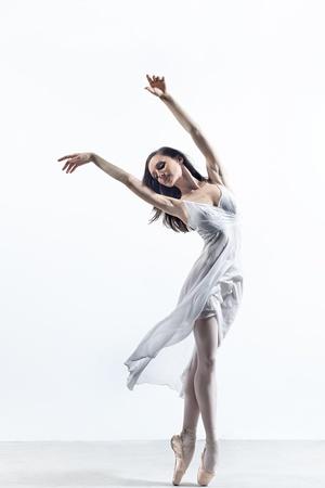 スタジオの背景にポーズをとってモダン ダンサー