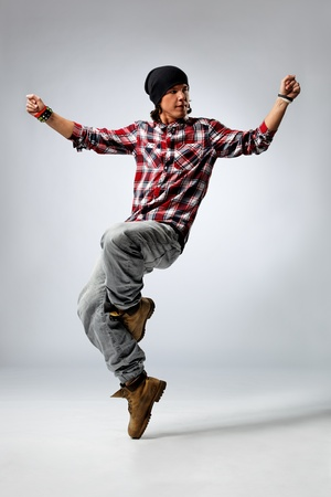 persona saltando: bailar�n de estilo moderno, posando en el estudio de antecedentes