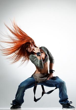 danseuse: jeune belle danseuse posant sur un fond de studio