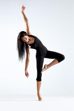 bailar�n: joven y bella bailarina posando sobre un fondo de estudio