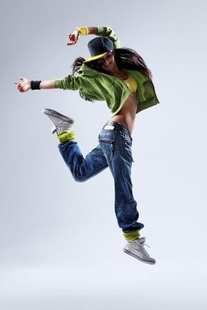 danza moderna: joven y bella bailarina posando sobre un fondo de estudio