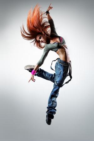 bailarina: jovem bela dan�arina que levanta em um fundo do est�dio