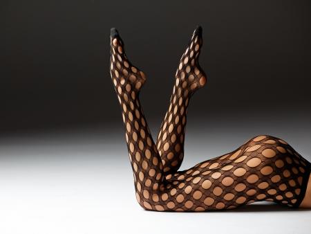 Belles jambes femelles sur un fond de studio