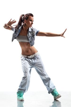 bolantes: bailarín moderno posa delante del fondo del estudio