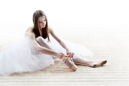 白のスタジオで古典的なチュチュのバレリーナのシルエット