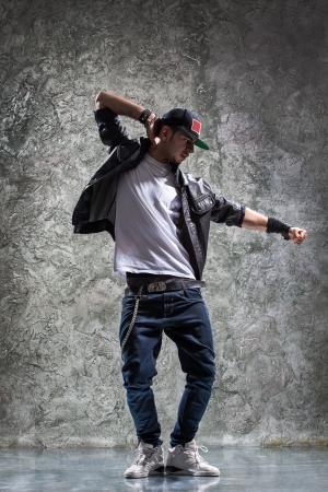jonge mooie danser poseren op een studio achtergrond