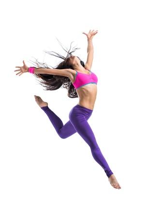 moderne danseres vormt voor de achtergrond van de studio
