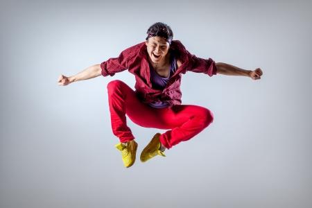 Asian male model: vũ công trẻ đẹp tạo dáng trên nền phòng thu