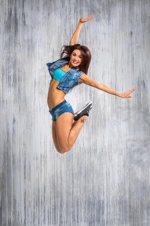 junge schöne Tänzerin posiert auf Studio-Hintergrund